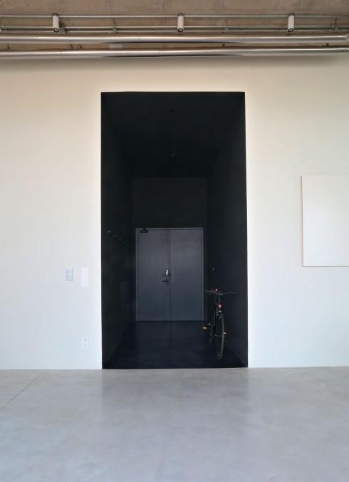 Lối vào màu đen tạo nên một không gian tách biệt khỏi phần còn lại của căn hộ, như một khoảng không biến mất. Đó chính là hiệu ứng tuyệt vời của màu đen. Độc đáo và duy nhất!