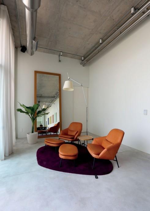 """Tất cả đồ nội thất đều do Karl thiết kế """"đo ni đóng giày"""" cho căn hộ."""
