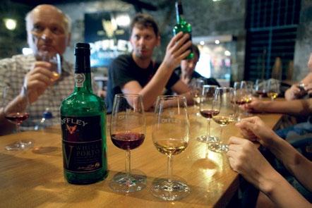 Thử Portwine trong hầm rượu của một nhà sản xuất nổi tiếng Porto.