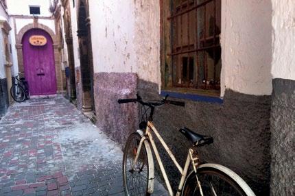 Những tòa nhà và vách tường của những con ngõ ở Essaouira - thành phố của gió, mèo, và... xe đạp.