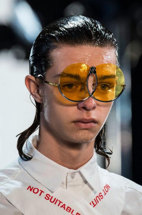 Chiếc kính như được ghép lại từ những mảnh gãy của Hood by air
