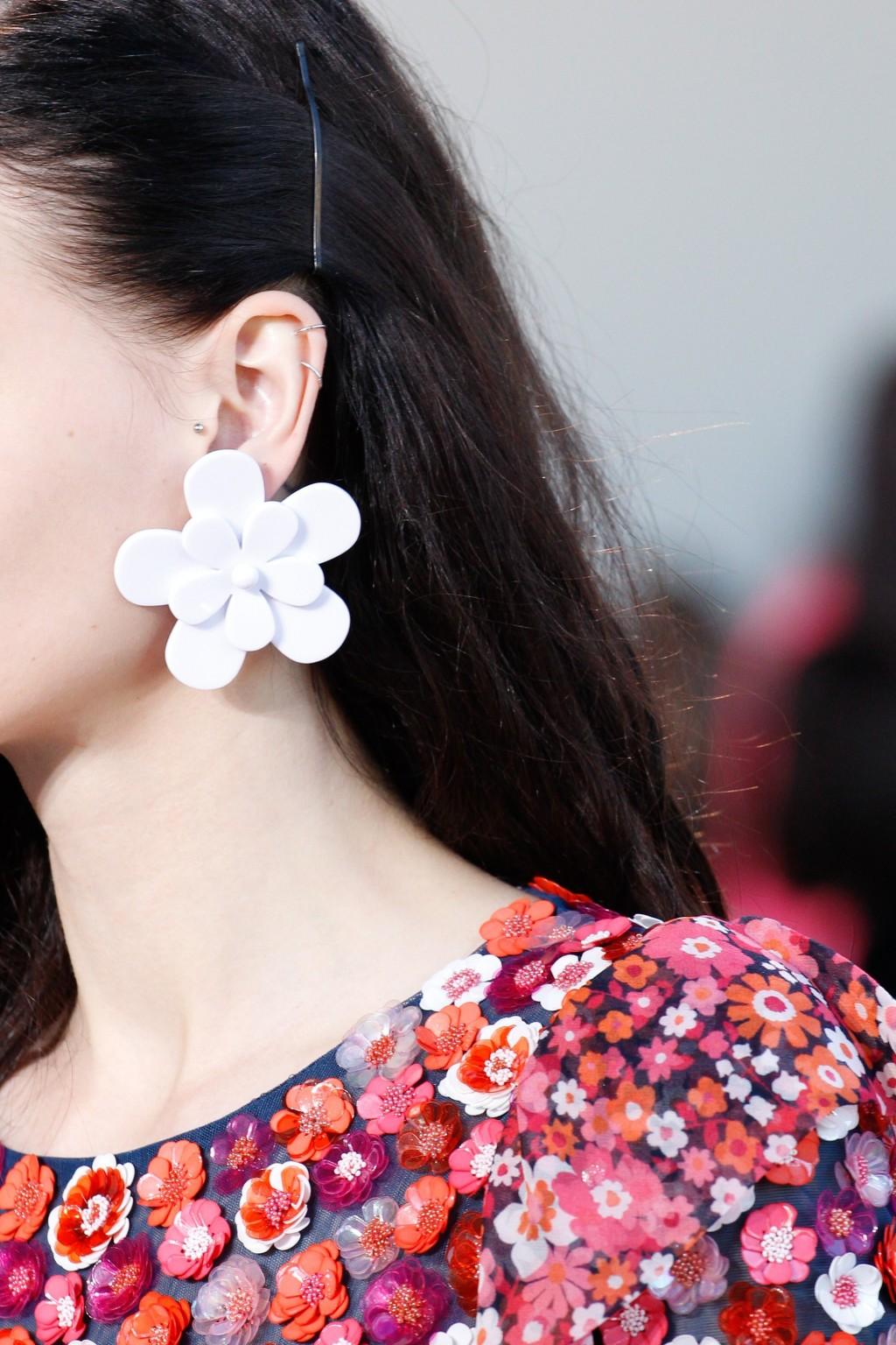 Michael Kors đem lại những đôi khuyên tai hoa bằng nhựa đáng yêu