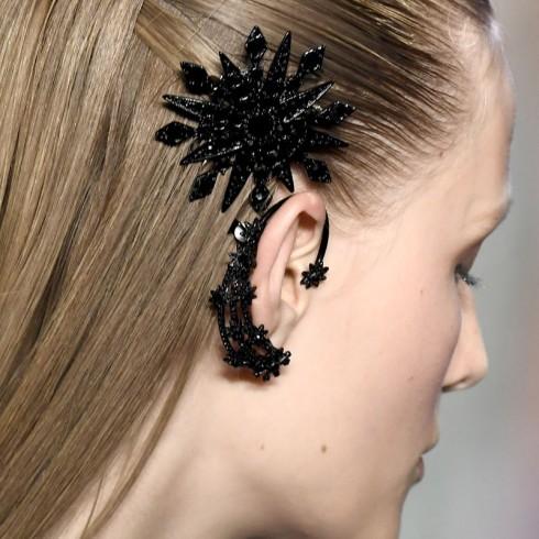 Thiết kế khuyên vành đồng bộ với kẹp tóc từ Marchesa