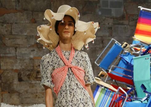 Chiếc mũ rộng vành đính chuông của Rosie Assoulin