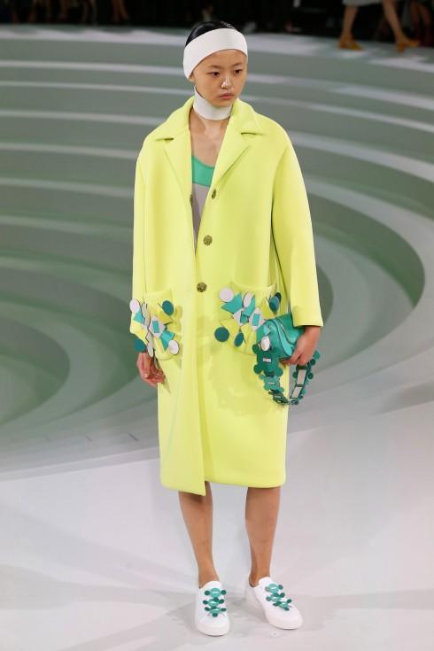 Hoạ tiết hình khối được dùng làm điểm nhấn ở bên túi áo, cổ áo hoặc tay áo cho những chiếc áo khoác đơn sắc