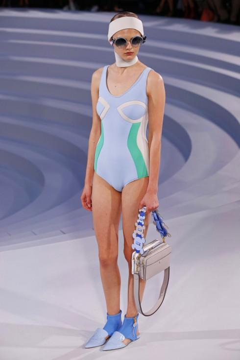 Một chiếc áo bơi trong BST của Anya Hindmarch