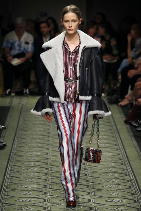 Bóng dáng của những thiết kế hiện đại như chiếc áo khoác da với phần tay loe đặc trưng của thời trang cổ điển