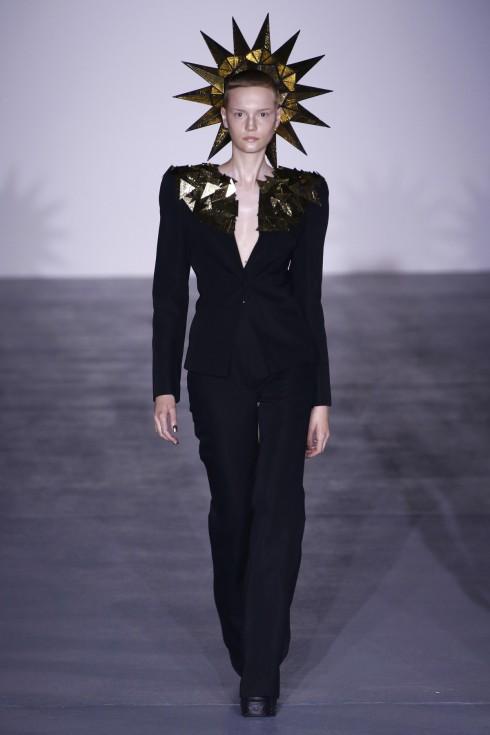 Gareth Pugh mang lại những thiết kế mạnh mẽ cho phái nữ