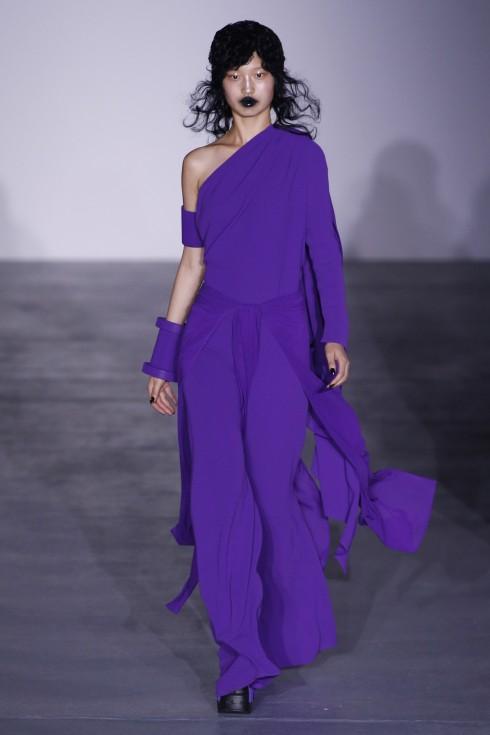 Bên cạnh đó Gareth Pugh cũng mang tới những thiết kế váy nữ tính và mềm mại