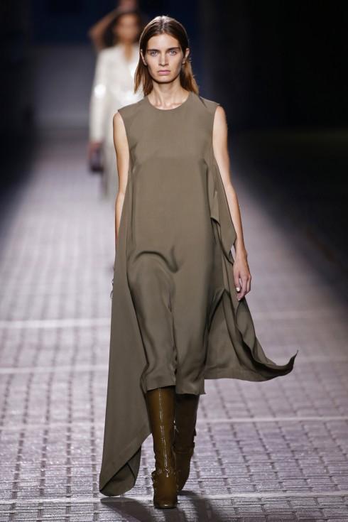 Những chiếc váy đơn sẵc bay bổng cũng mang lại phần nữ tính cho BST của Mulberry