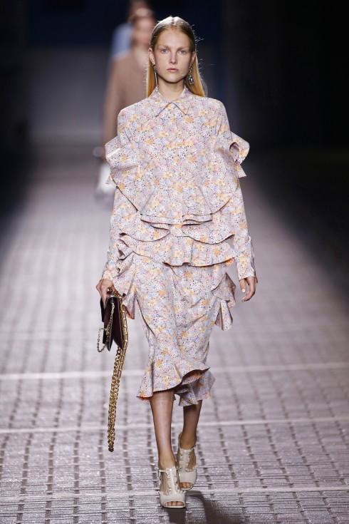 Những hoạ tiết hoa nhí nổi bật trong những chiếc váy ruffle của Mulberry