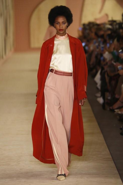 BST của Roksanda mở đầu với thiết kế áo và quần lụa xuông mềm mại