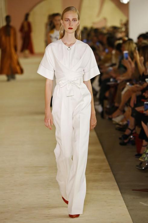 Xu hướng thời trang vắt chéo cũng được Roksanda áp dụng trong BST Xuân-Hè