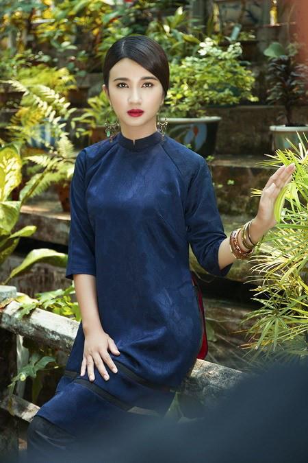 Áo dài màu xanh navy cách tân với dáng suông phóng khoáng, không gò bó.