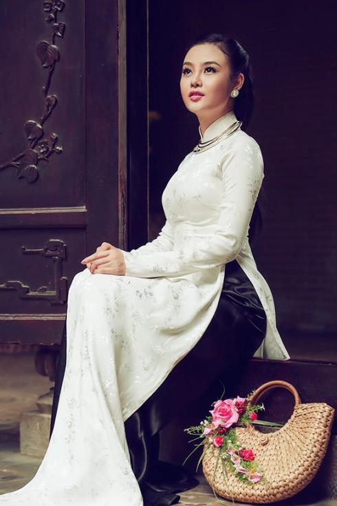 Áo dài trắng nên mặc với nội y cùng màu hoặc màu nude.