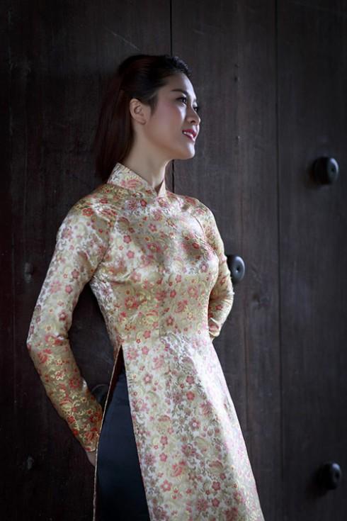 Với dáng người gầy và vỏng 1 khiêm tốn, bạn nên chọn áo trong có lớp độn và hơi nhọn cao phần đỉnh, khi đó phần thân trên của bạn sẽ được tôn lên rất nhiều và phom của áo dài cũng được thể hiện tối đa.