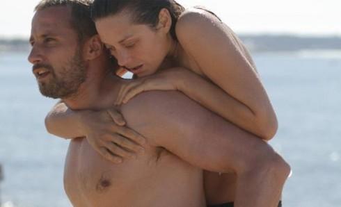 Một trong những cảnh nóng của Marion trong bộ phim Rust and Bone (2012)