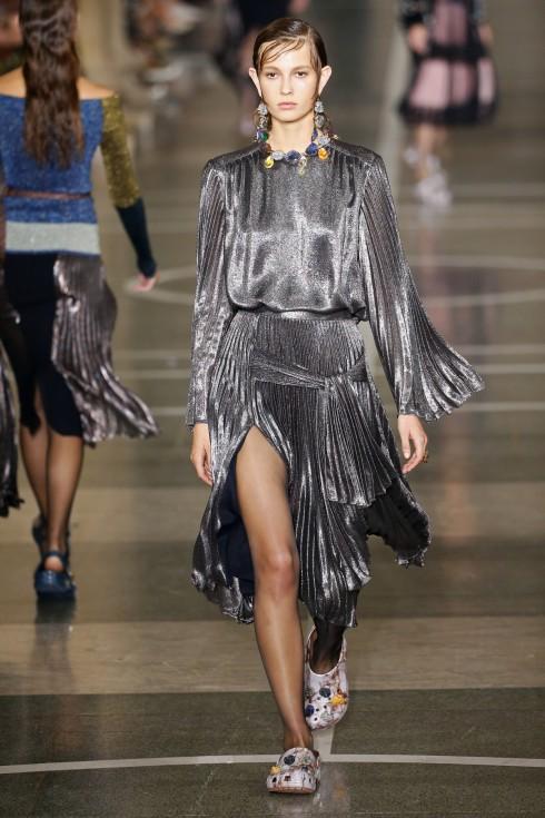 Thiết kế váy ánh kim xếp li của Christopher Kane