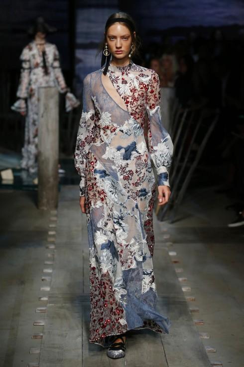 Chiếc váy đính hoa ren cầu kỳ của Erdem