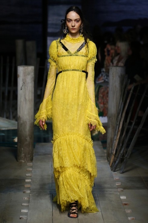 Thiết kế váy vàng ren của Erdem