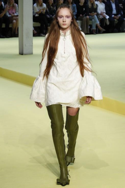 Chiếc áo với phần ống tay quá khổ của Marques' Almeida