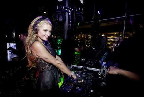 Paris Hilton làm DJ