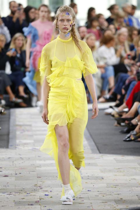 Chiếc váy chiffon vàng của Preen