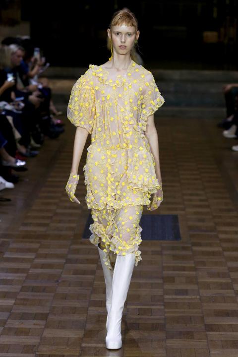 Thiết kế váy hoa vàng trong BST của Simone Rocha
