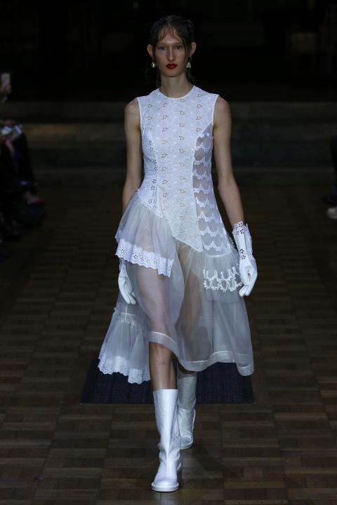 Thiết kế chân váy bất đối xứng của Simone Rocha