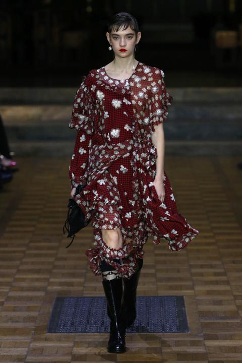 Chiếc váy kẻ gingham đỏ điểm hoa của Simon Rocha