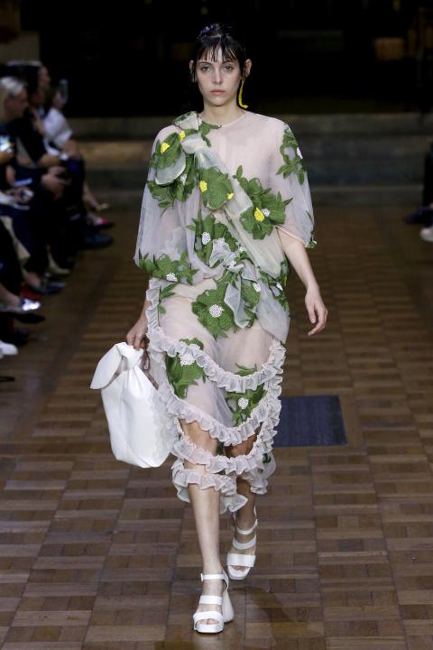Váy hoa bản lớn trong BST Xuân hè của Simon Rocha