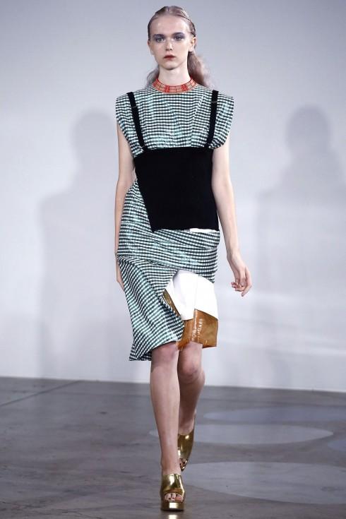Chiếc váy kẻ của Toga