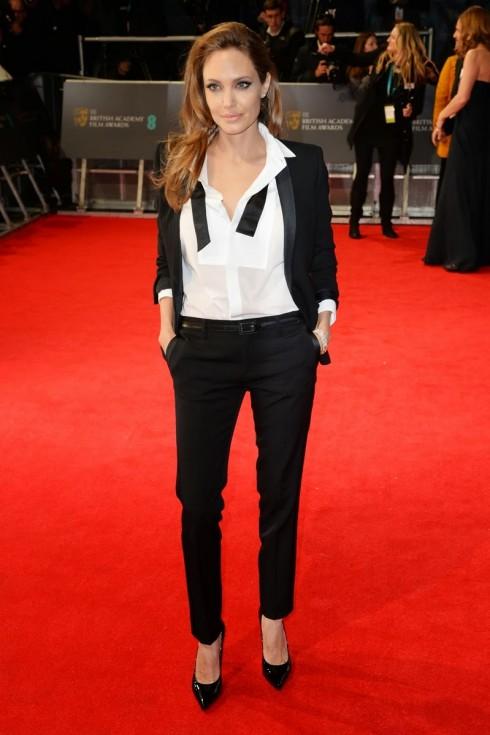 Phong cách cá tính nhưng vẫn toát lên vẻ nữ quyền của cô tại lễ trao giải British Academy Film 2014 trong trang phục của Saint Laurent