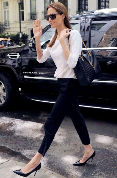 Những chiếc kính râm và những đôi giày cao gót mũi nhọn luôn được ưu tiện lựa chọn