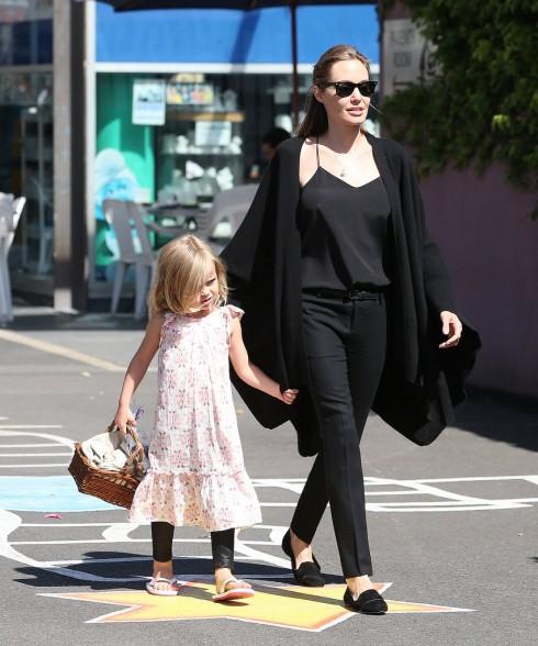 Trang phục tối màu và trung tính luôn được cô lựa chọn cho những ngày thường nhật