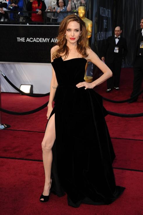 Cô chọn một chiếc váy màu đen quyến rũ xẻ tà khoe chọn đôi chân dài mảnh khảnh của mình