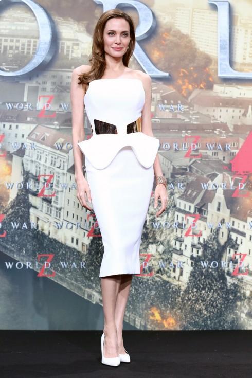 Tại buổi công chiếu phim World War Z năm 2013, Angelina Jolie chọn một chiếc váy cocktail quây ngực trắng làm tôn lên nét dịu dàng đằm thắm của cô.
