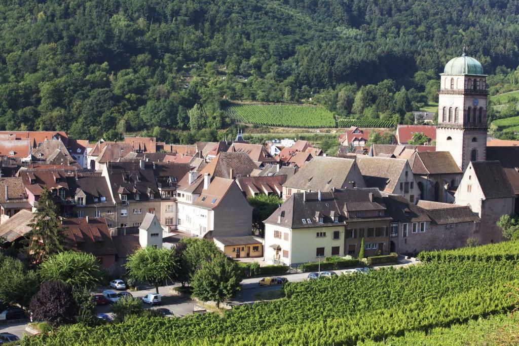 Làng Riquewihr bao bọc bởi các đồi nho xanh rì tại Alsace - ELLE VN