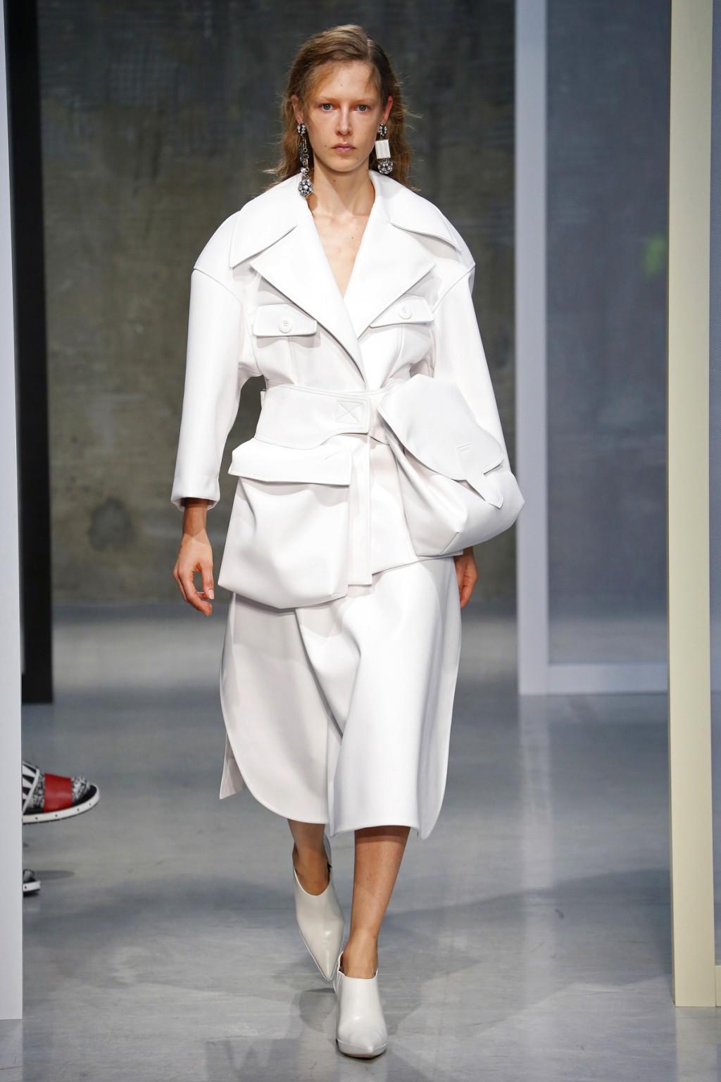 Những thiết kế monochrome đơn giản tạo nên một làn gió nhẹ tho Tuần lễ thời trang Milan ngập tràn những thiết kế cầu kỳ