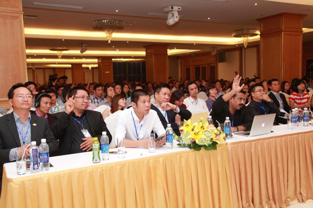 Khán giả hưởng ứng câu hỏi của diễn giả Bharat Avalani