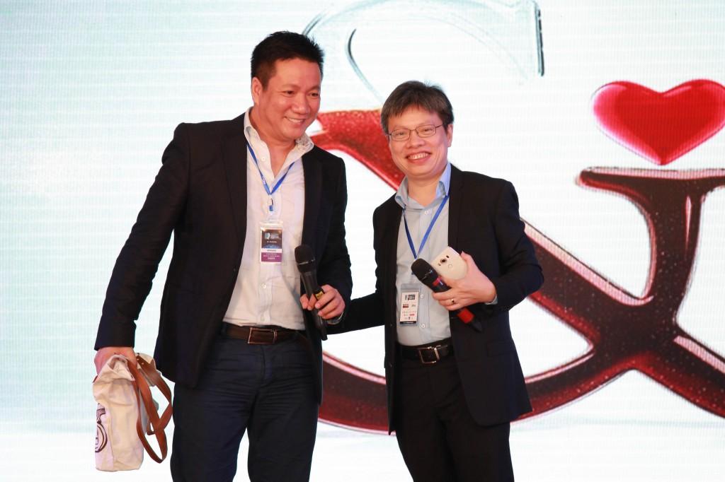 Ông Lê Quốc Vinh- trưởng ban tổ chức trao quà lưu niệm cho diễn giả Hoàng Đạo Hiệp