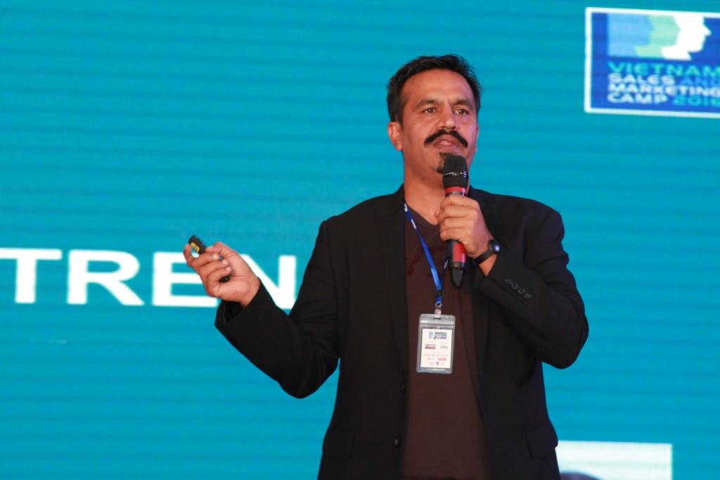 Diễn giả Rohit Dadwal trình bày tham luận Dự báo chuyển đổi vai trò của các giám đốc Marketing (2)