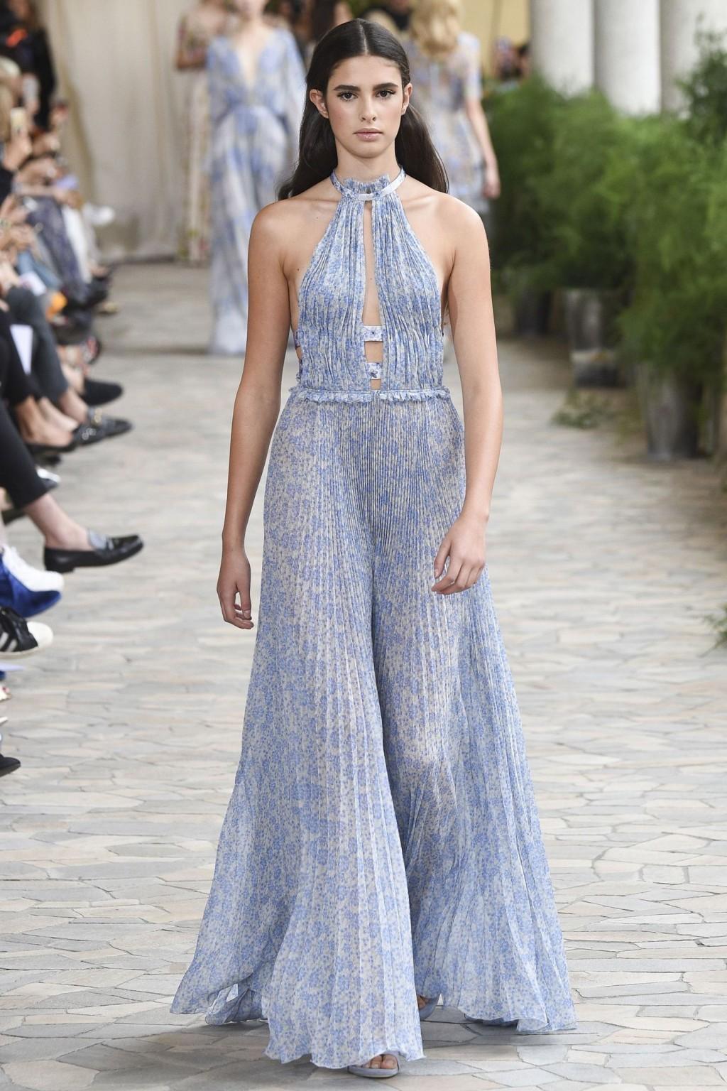 Một thiết kết váy xếp li nữ tính của Luisa Beccaria