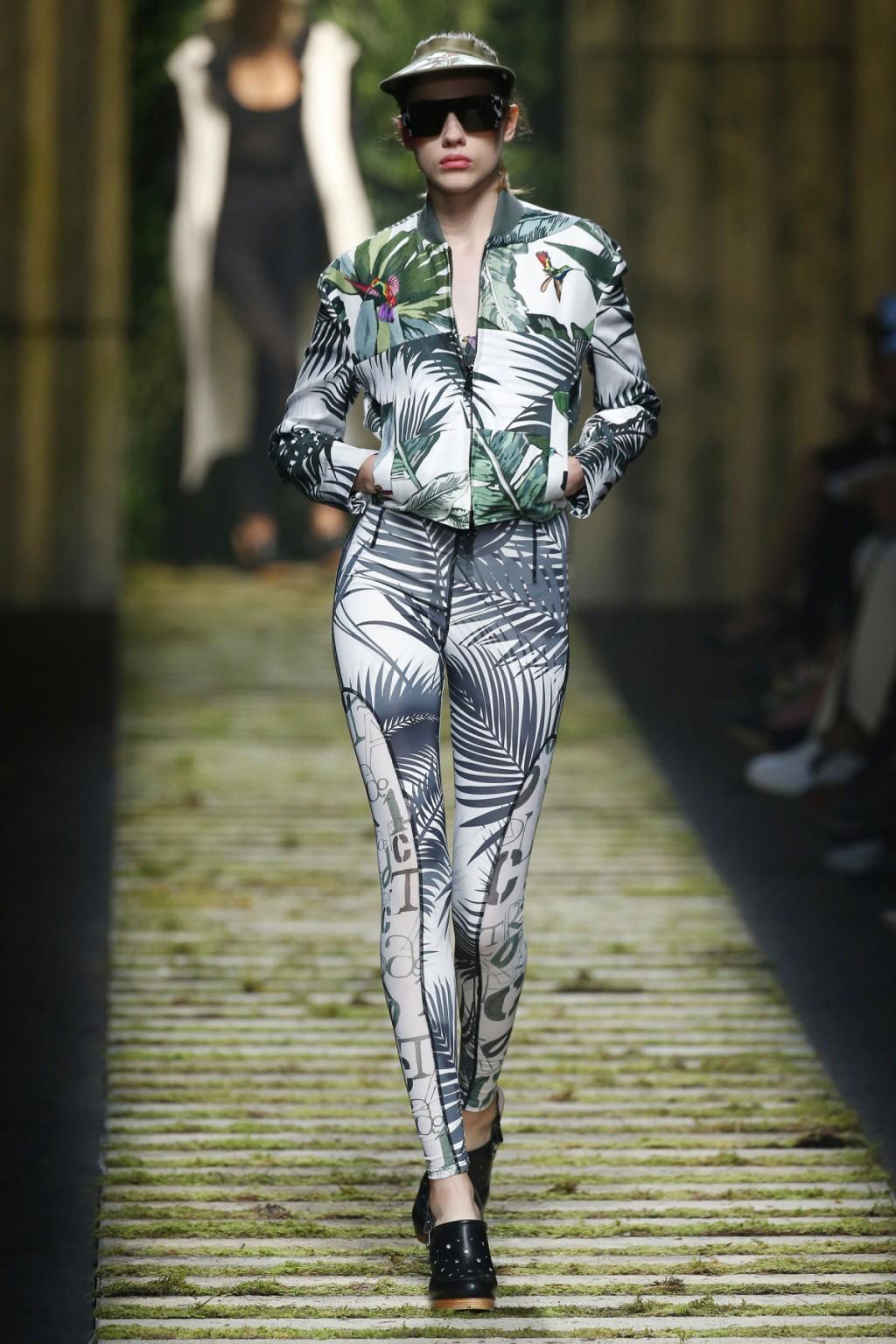 BST của Max Mara tràn ngập những thiết kế mang phong cách thể thao: từ những bộ tracksuits, áo bomber tới những chiếc áo váy lấy cảm hứng từ hoodie