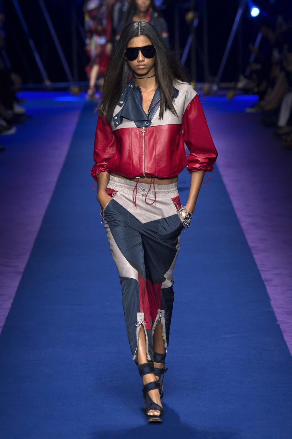 Versace mang tới BST Xuân-Hè 2017 mang đậm phong cách sportwear