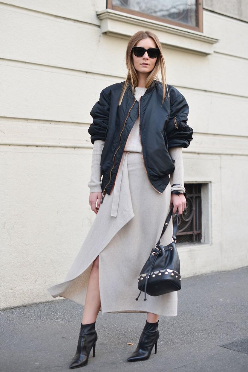 Một cách phối oversized bomber jacket khác với váy siêu nữ tính và giày cao gót. Không thể phủ nhận điểm nhấn ấn tượng mà áo khoác bomber mang lại cho bộ đồ này.