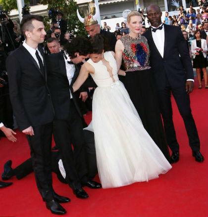 Tại liên hoan phim Cannes 2014,  tên này tiếp tục làm loạn khi chui vào váy nữ diễn viên Cô gái xấu xí America Ferrera