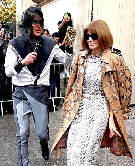Tên này ăn mặc lố lăng cố chạy đến Tổng biên tập tạp chí Vogue Anna Wintour để giở trò.