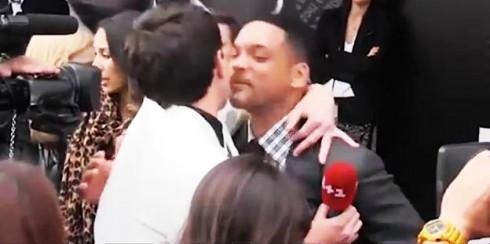 Vitalii Sediuk đang cố hôn môi Will Smith.