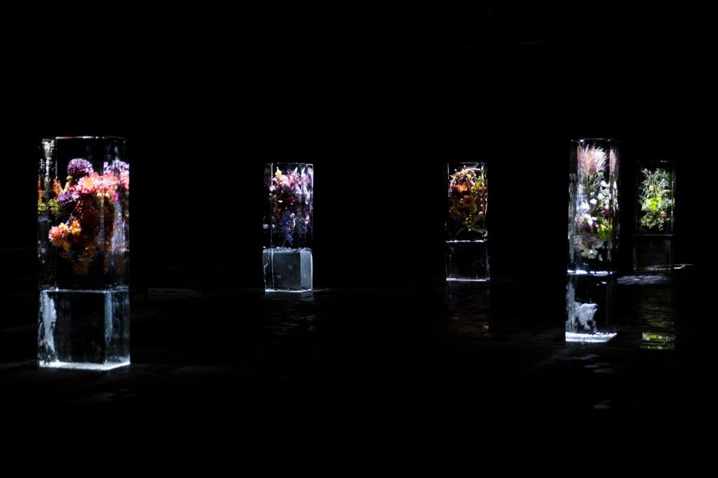 Sân khấu được trang trí bởi những tượng băng của Azuma Makoto